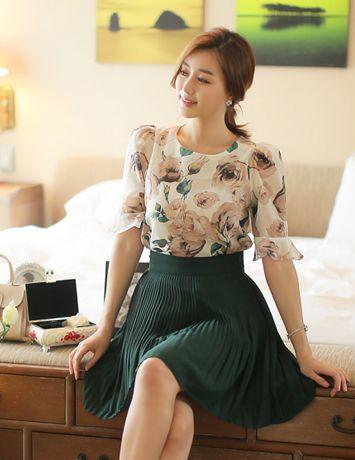 blusa floreada con falda