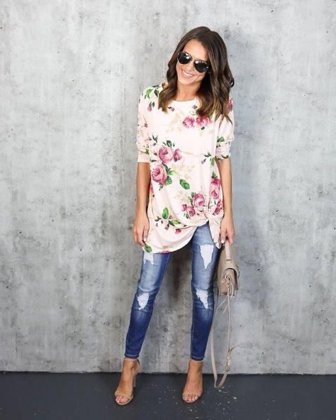 blusa floreada con jeans gastados