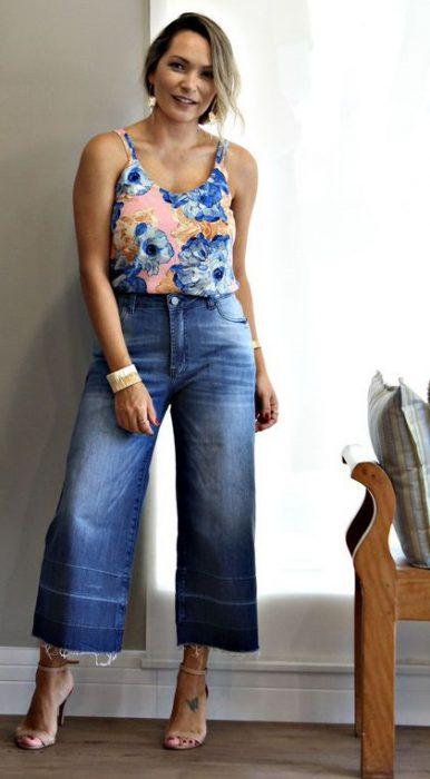 blusa floreada con jeans pantacorut