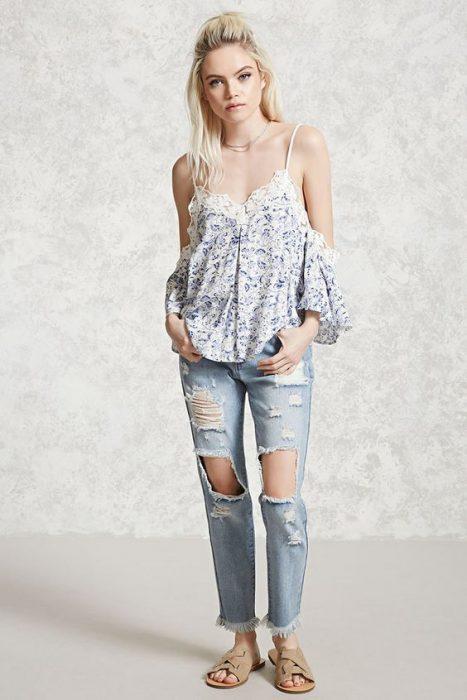 blusa floreada con jeans rotos