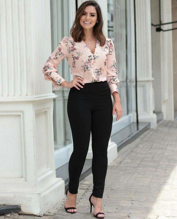 blusa floreada con pantalon de vestir