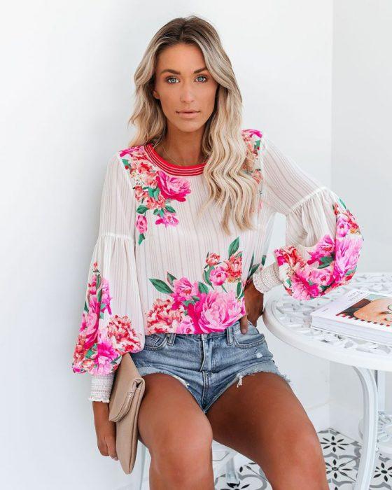 blusa floreada con short de jeans