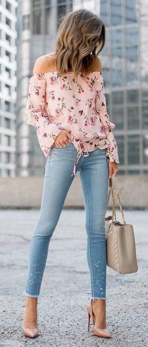blusa floreada en tonos pasteles con jeans