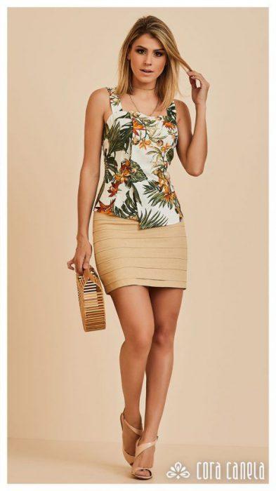 blusa floreada y minifalda