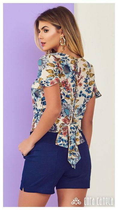 blusa floreada y short azul