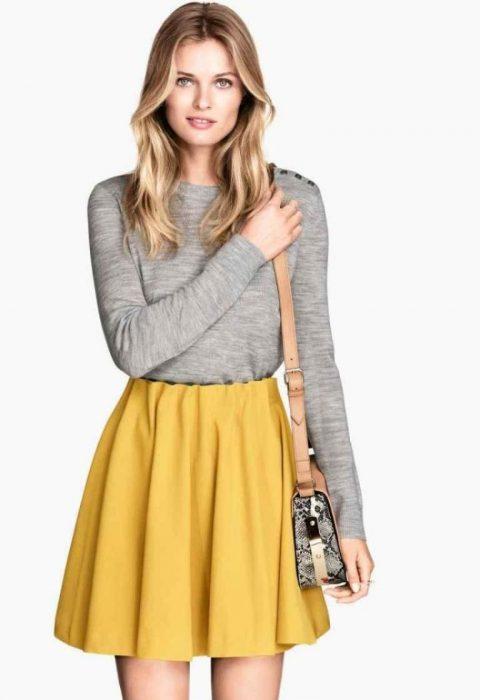 blusa gris con falda maiz
