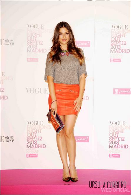 blusa gris con falda naranja