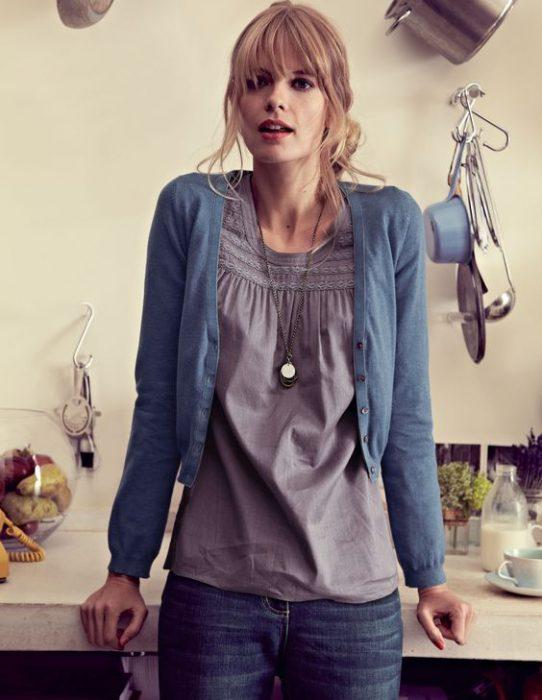 blusa gris con jeans casual