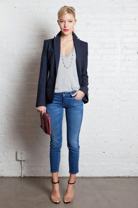 blusa gris con jeans y blazer