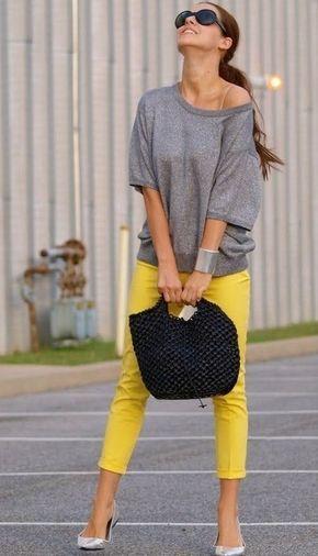 blusa gris con pantalon amarillo vibrante