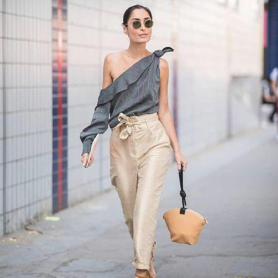 blusa gris con pantalon crema