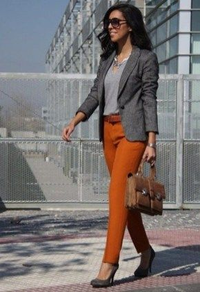 blusa gris con pantalon ladrillo