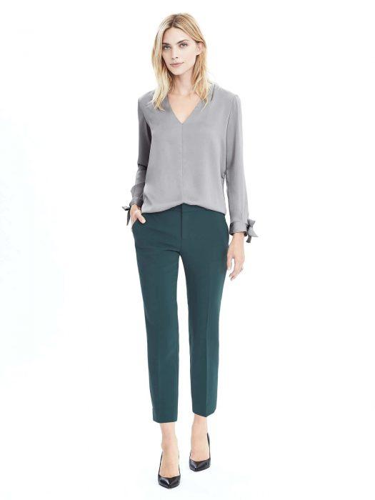 blusa gris con pantalon verde ingles