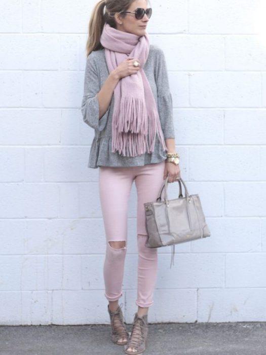 blusa gris conpantalon rosa