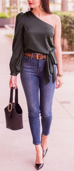 blusa gris oscuro y jeans