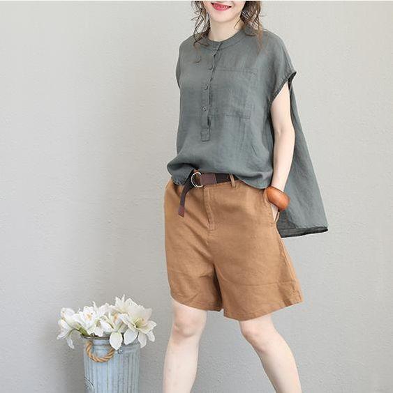 blusa gris y bermuda de lino