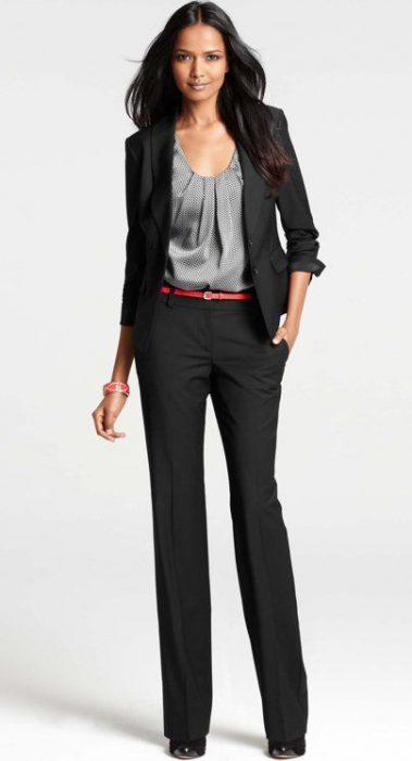 blusa gris y traje negro mujer
