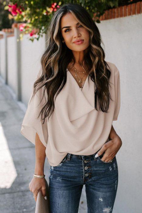 blusa holgada con jeans rotos