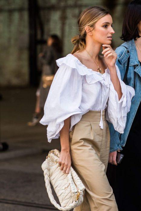 blusa holgada con pantalon de vestir tiro alto