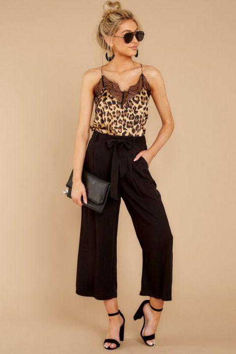 blusa lencera animal print y pantacourt negro