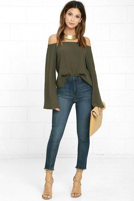 blusa mangas accampanadas con jeans verde militar