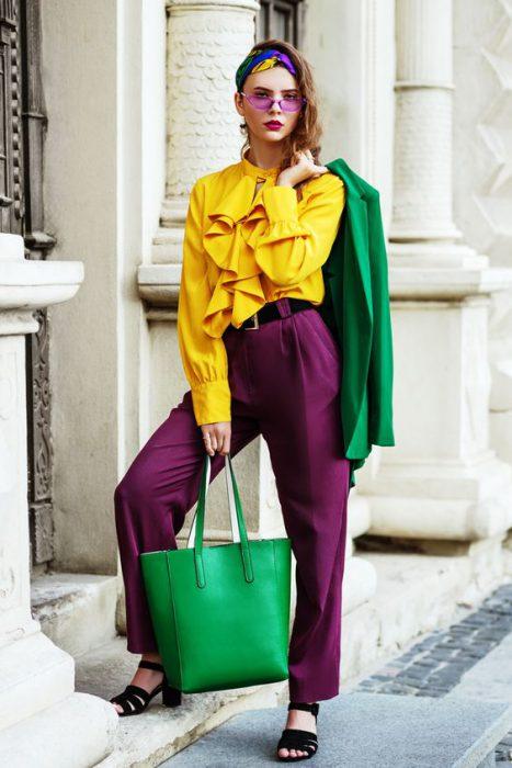 blusa mangas largas amarillas y pantalon plisado purpura