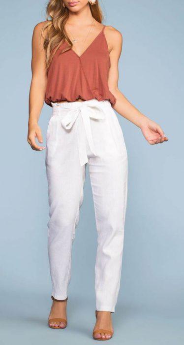 blusa musculosa con pantalon blanco