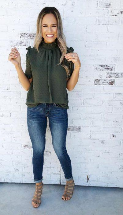 blusa plumeti verde oliva con jeans