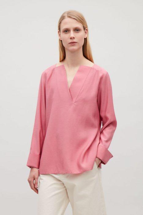 blusa rosa oversize con pantalon de vestir