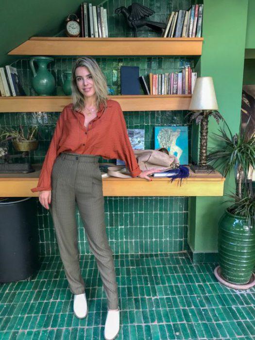 blusa terracota con pantalon gris