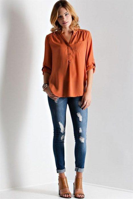 blusa terracota y jeans chupin