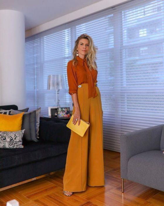blusa terracota y pantalon de vestir amarillo maiz