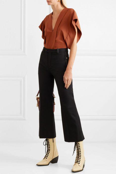 blusa terracota y pantalon de vestir negro