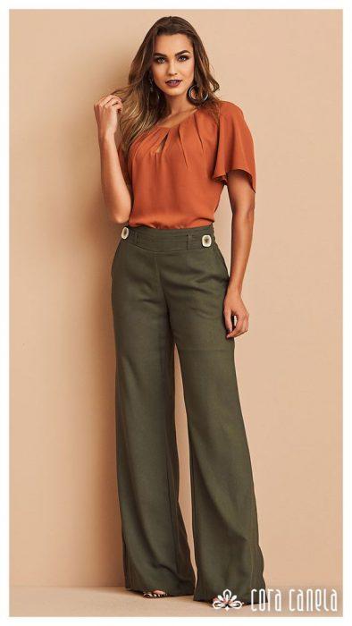 blusa terracota y pantalon verde militar