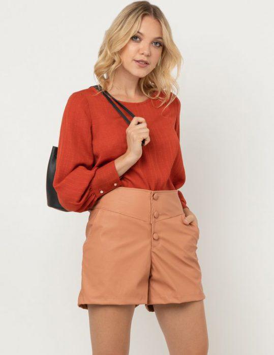 blusa terracota y short beige
