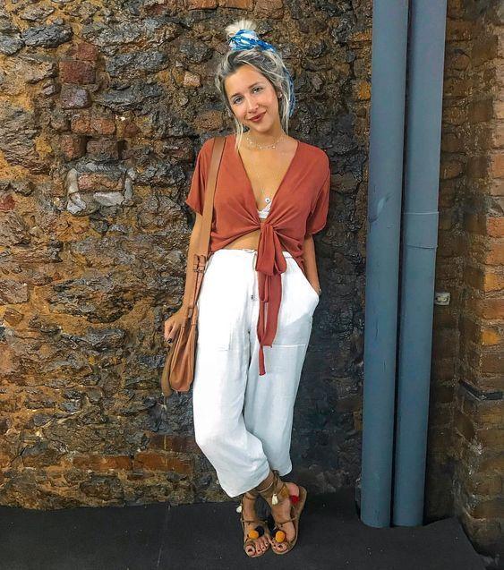 blusa top terracota y pantalon blanco verano