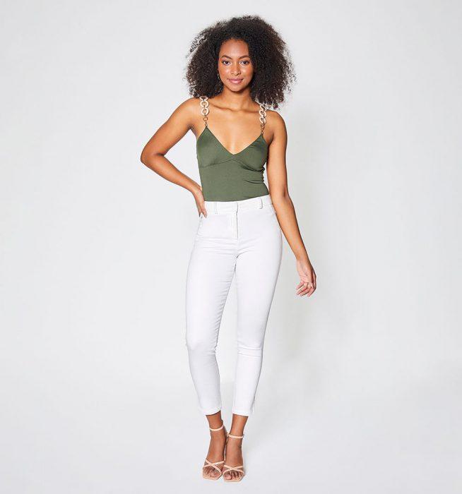 blusa verano y jeans blanco