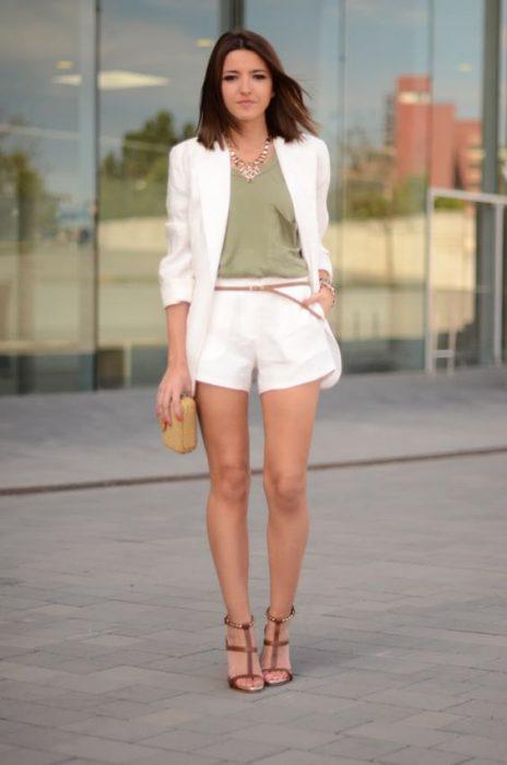 blusa verde miitar con short blanco y blazer