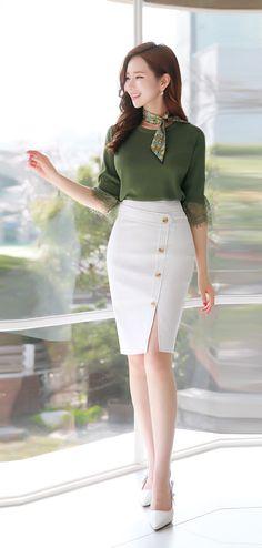 blusa verde militar con falda blanca