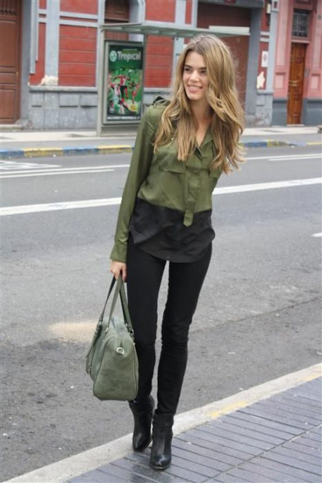 blusa verde militar y jeans negro