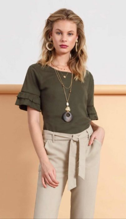 blusa verde militar y pantalon beige