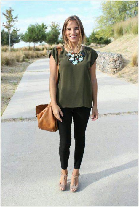 blusa verde oliva con chupin negro