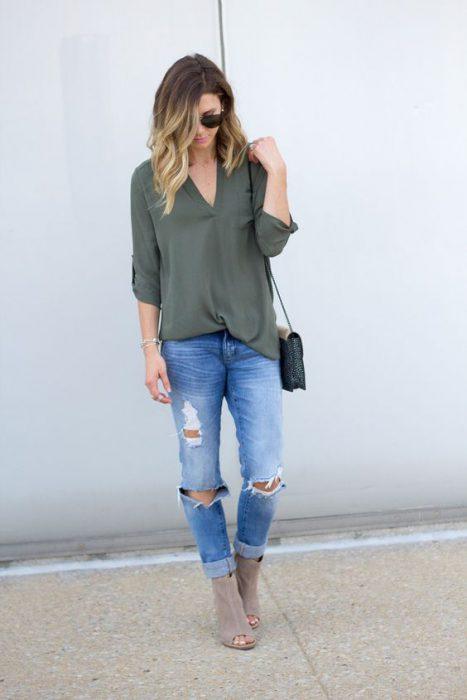 blusa verde oliva y jeans rotos