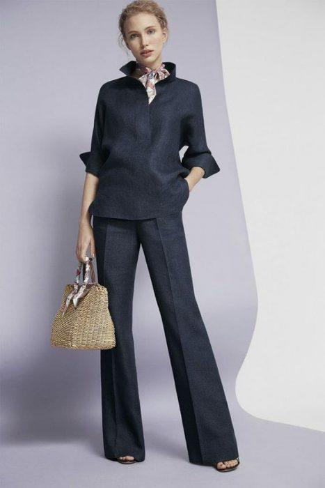 blusa y pantalon gris oscuro monocromatico