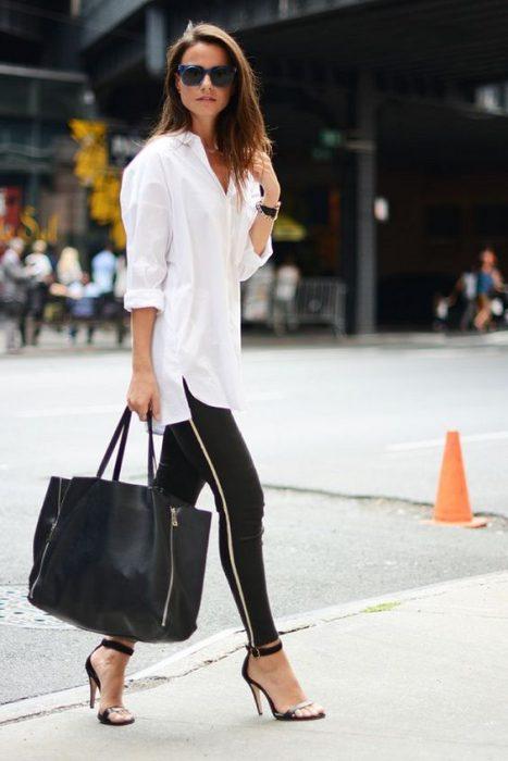 calza y blusa holgada