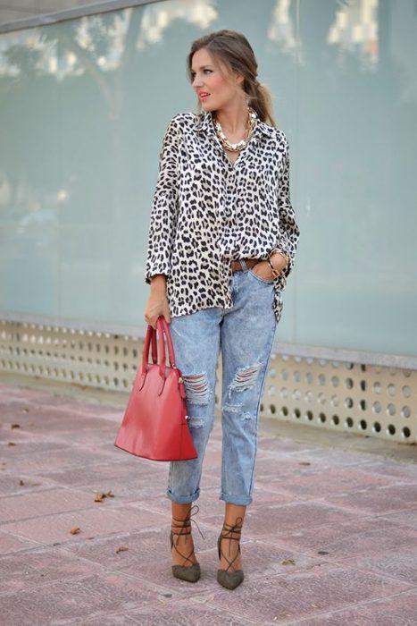 camisa animal print con jeans mom