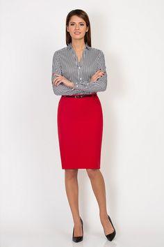 camisa gris con falda roja