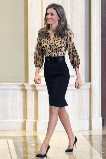 camisa leopardo y falda tubo negra