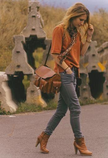 camisa terracota y jeans gris