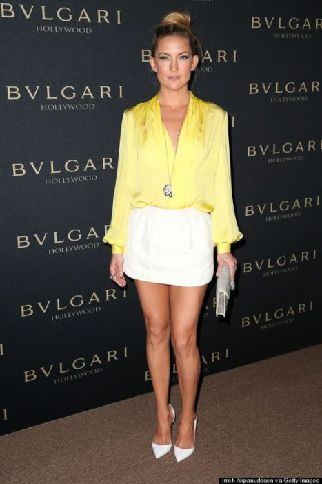 falda blanca con blusa de seda amarilla
